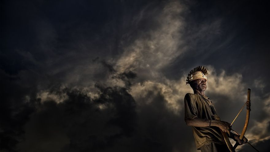 Somba. The last tribe. Un guerrero Tambermá se prepara para la caza. En Togo, en el interior de este precioso y desconocido país, existe un valle encantado en donde el tiempo se detuvo siglos atrás. En las montañas de Atakora. El hogar de la tribu de los Tambermá. Frontera Togo-Benín 30/10/2015.  FOTO: ANTONIO ARAGÓN RENUNCIO