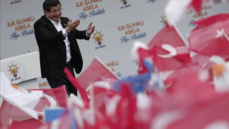 El primer ministro turco, Ahmet Davutoglu, saluda a sus seguidores durante un mitin de la campaña.