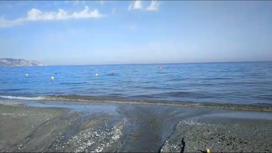Residuos en la playa de Burriana, en Nerja