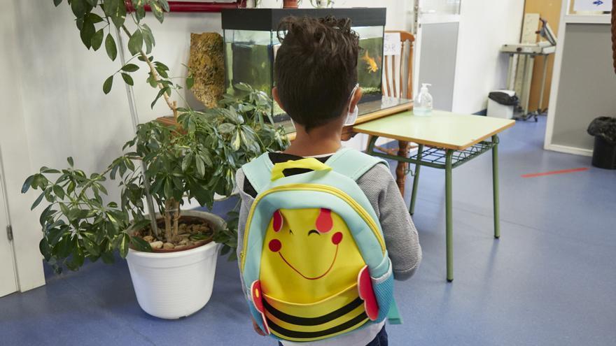 Archivo - Un niño entra en clase el Colegio Público Víctor Pradera en el primer día de colegio del curso escolar 2020-2021en Pamplona, Navarra (España), a 4 de septiembre de 2020