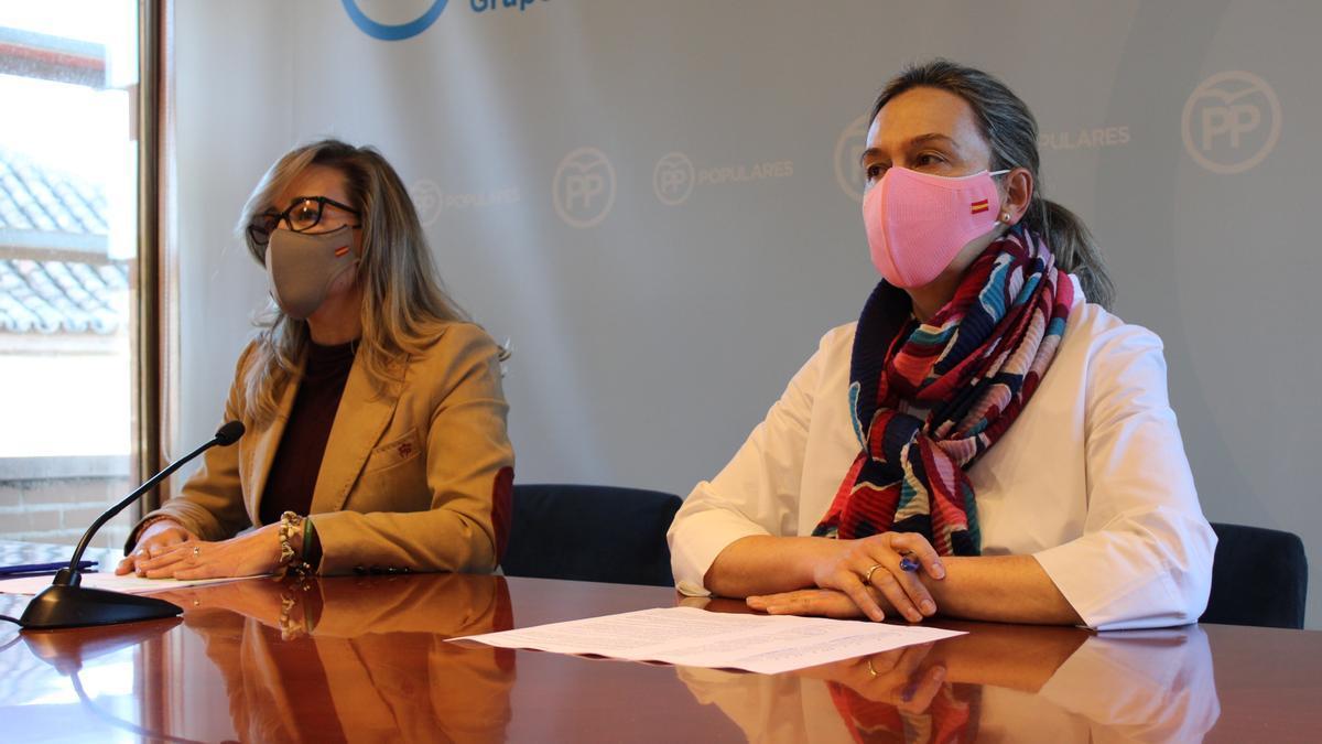 De izquierda a derecha, Lola Merino y Ana Guarinos, en rueda de prensa