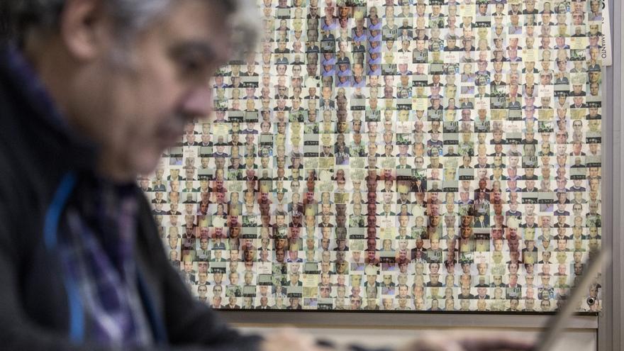 Mural con enfermos y fallecidos por amianto en la sede de la asociación en Getafe