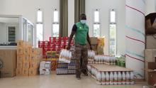 La Federación de Asociaciones Africanas de Canarias reparte alimentos a 200 familias sin ingresos durante la pandemia.