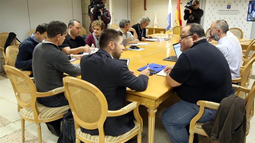 El Comité Científico de Evaluación y Seguimiento de Fenómenos Volcánicos se reunió en la capital tinerfeña para analizar el movimiento sísmico de magnitud 4,2 registrado entre Tenerife y Gran Canaria. EFE/ Cristóbal García