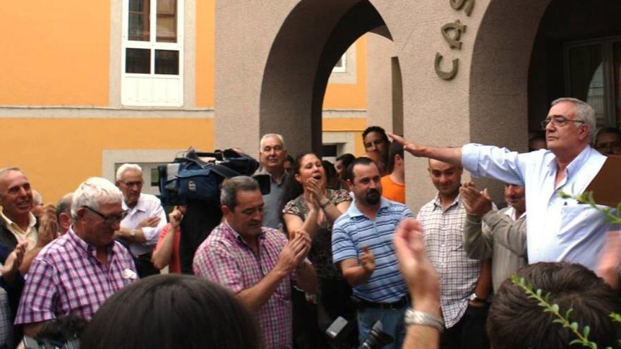 El alcalde de Baralla, aclamado por afines en 2013 tras evitar la dimisión por sus declaraciones sobre el franquismo