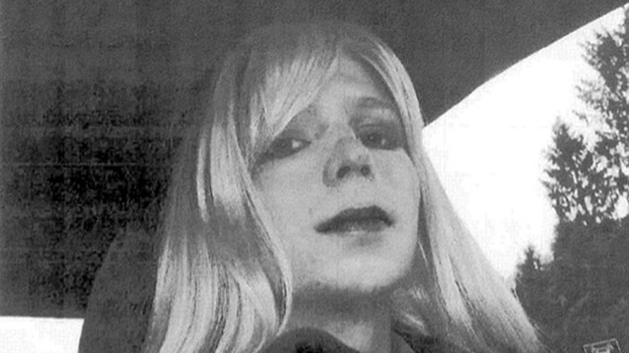 Fotografía de la soldado Maning con peluca rubia y maquillada que fue exhibida durante el juico / AP