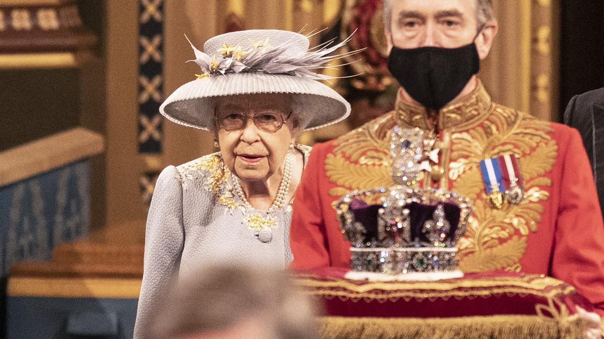 """La reina Isabel II pasa por la Galería Real antes de pronunciar el llamado """"Discurso de la Reina"""" en la Cámara de los Lores del Palacio de Westminster, mientras expone el programa legislativo del Gobierno para el próximo periodo de sesiones durante la apertura del Parlamento."""