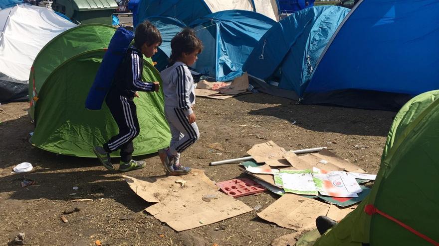 Dos niños sirios en el punto de recepción de Roszke, en Hungría, a un kilómetro de la frontera con Serbia / Olga Rodríguez
