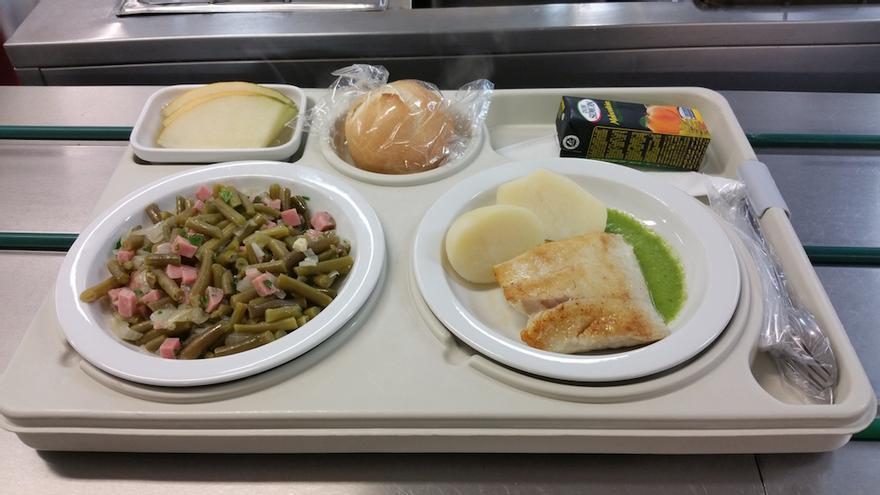 Menú del miércoles: fogonero a la plancha con papas, judías salteadas y melón. Foto: LUZ RODRÍGUEZ.