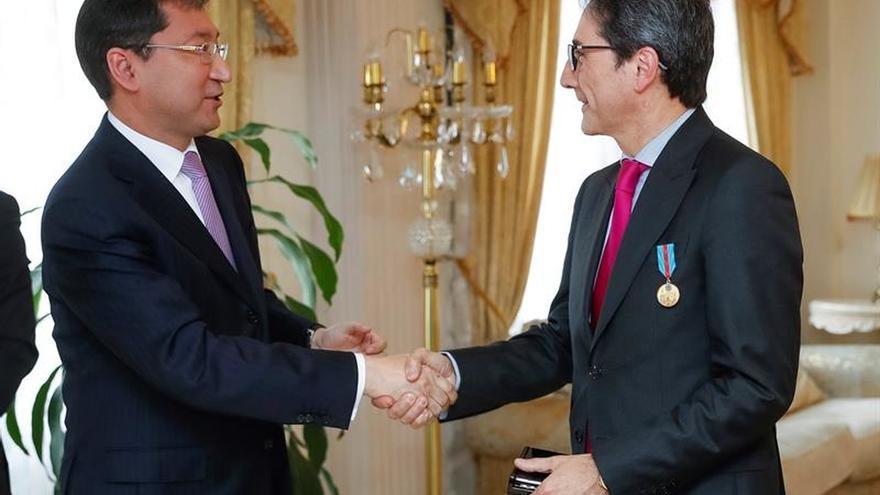 Kazajistán homenajea a tres españoles por su labor diplomática