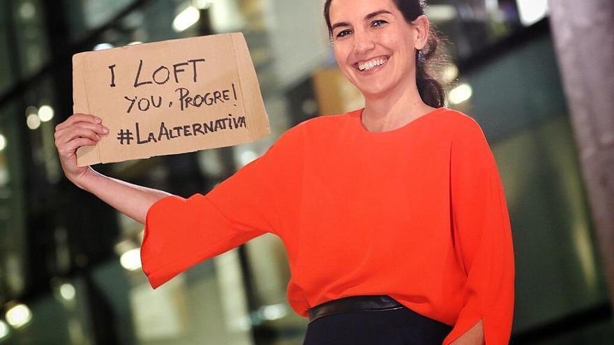 Rocío Monasterio con su pancarta de 'I loft you, progre!'