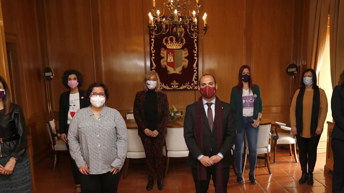 Imagen de grupo con las participantes en el Pleno Institucional por el 8M en las Cortes de Castilla-La Mancha