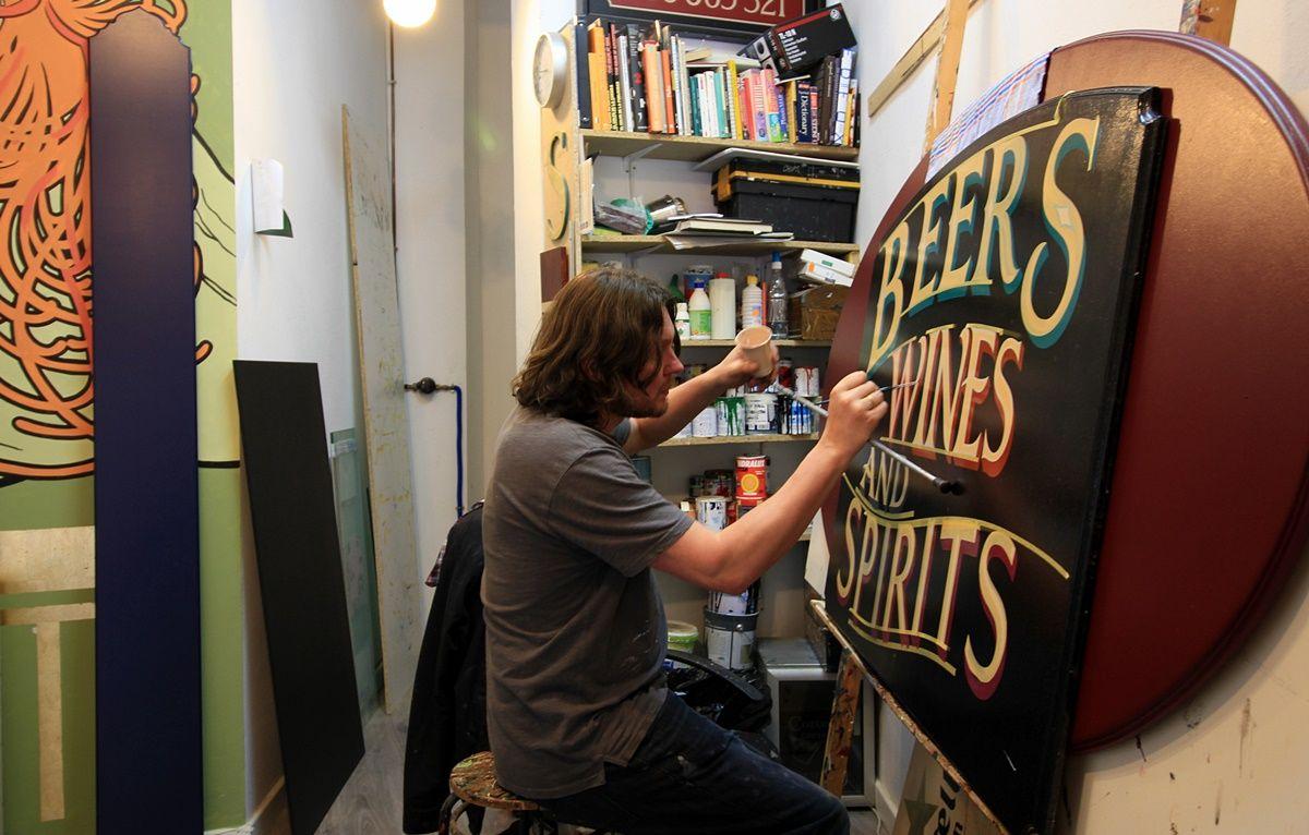Tom Graham, pintando con tiento en su estudio de Tesoro | RAQUEL ANGULO
