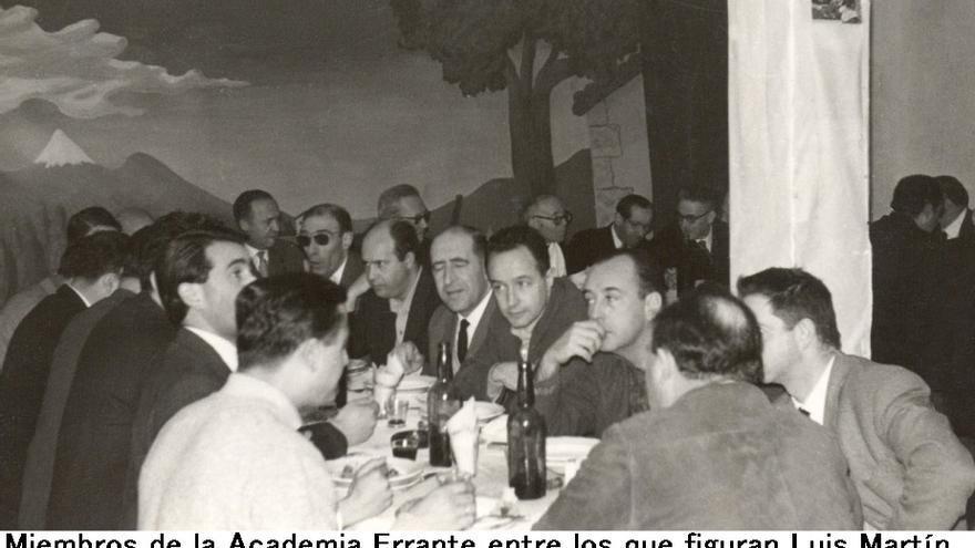 Luis Martín Santos y otros miembros de la Academia Errante, en una de sus reuniones.