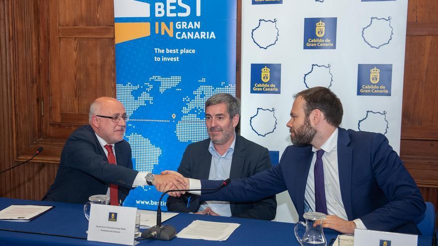 El presidente del Cabildo de Gran Canaria, Antonio Morales, el presidente del Gobierno canario, Fernando Clavijo, y el director de Proyectos de la entidad británica, Christian Thiel