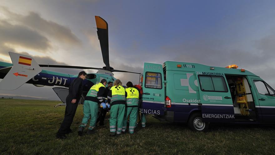 Personal de Osakidetza atiende a un enfermo tras ser trasladado en helicóptero