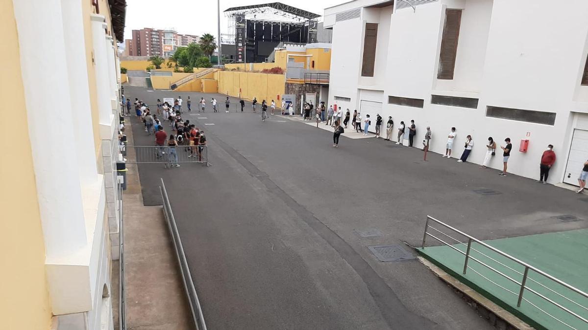 Colas de jóvenes mayores de 18 años acudiendo a vacunarse, sin cita, contra la COVID en Gran Canaria