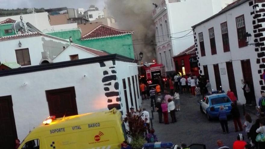 El incendio movilizó un amplio dispositivo de emergencia. Foto: MIGUEL ÁNGEL ACOSTA MARTÍN.