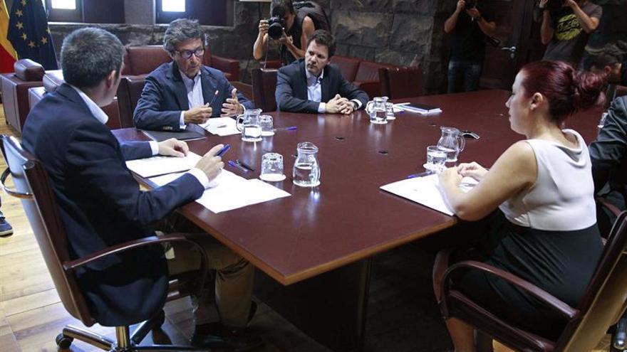 El presidente del Gobierno de Canarias, Fernando Clavijo (i), y la vicepresidenta, Patricia Hernández, durante la reunión que han mantenido con el director de La Caixa en Canarias, Andrés Orozco. (EFE/Cristóbal García).