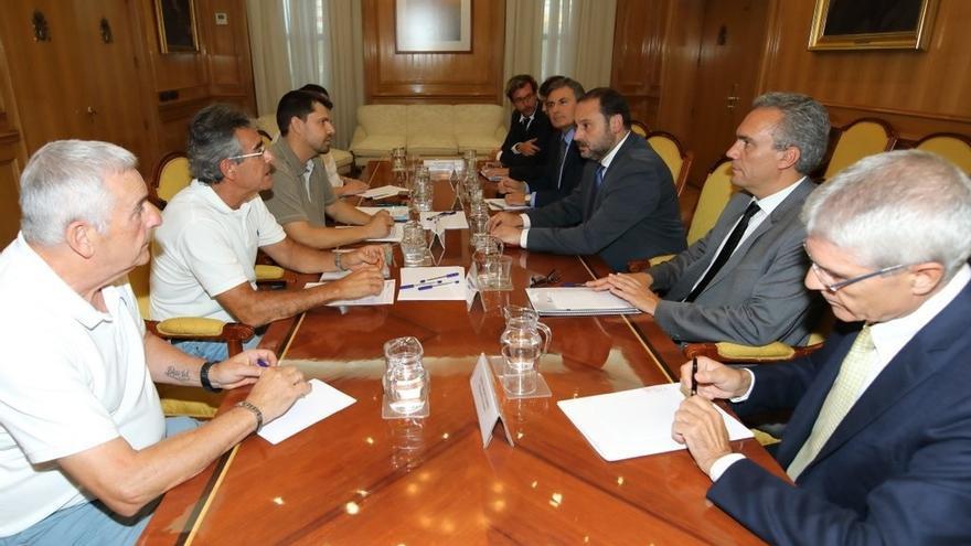 Víctimas del Alvia, a la izquierda, en su reunión con el ministro y otros cargos de Fomento