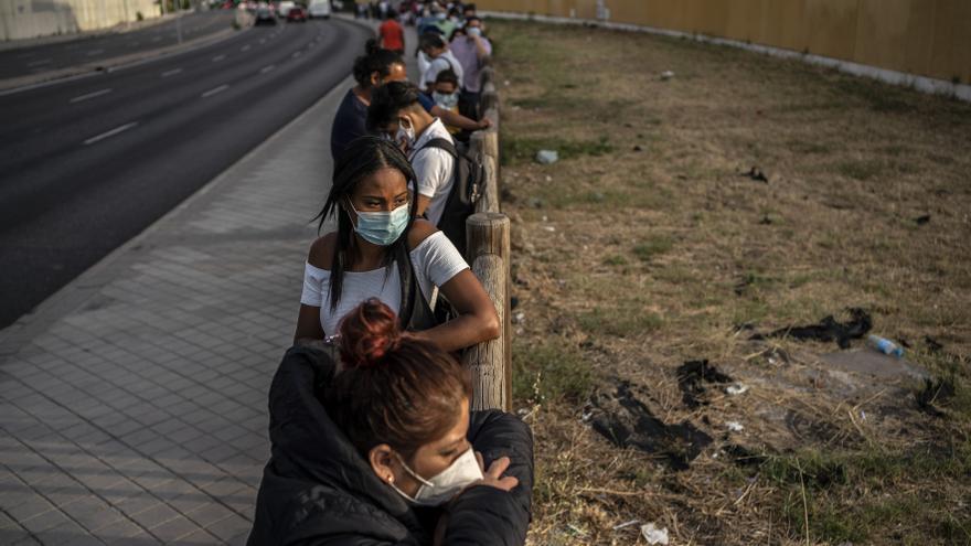 Colas en la comisaría de extranjería de Aluche (Madrid). Una de las personas que espera es María, procedente de Perú. Quiere renovar el NIE. Tardó 6 meses en conseguir una cita.