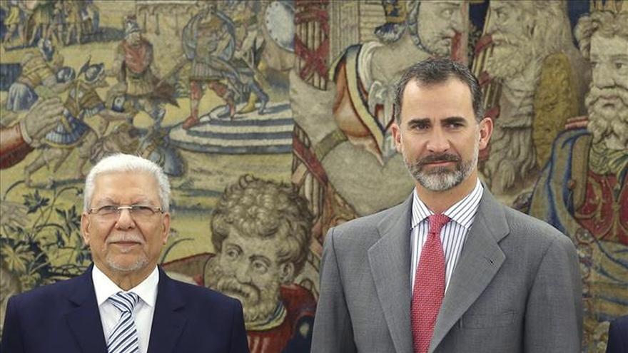 El gobernador de Gibraltar adelanta su despedida tras sus roces con Picardo