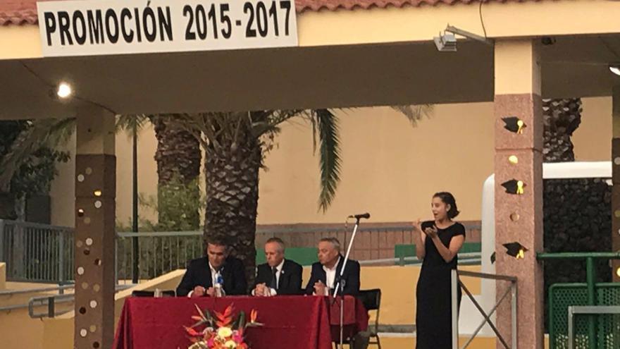 Firma del acuerdo, que se llevó a cabo en el marco del reciente acto de graduación del alumnado.