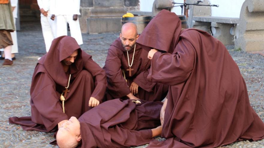 Monjes del convento de San Francisco durante el ataque.