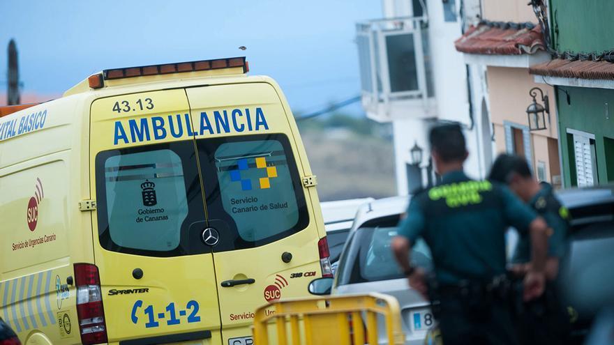 Agentes de la Guardia Civil y una ambulancia del SUC en La Orotava, donde un hombre presuntamente asesinó a su mujer y a sus hijas.