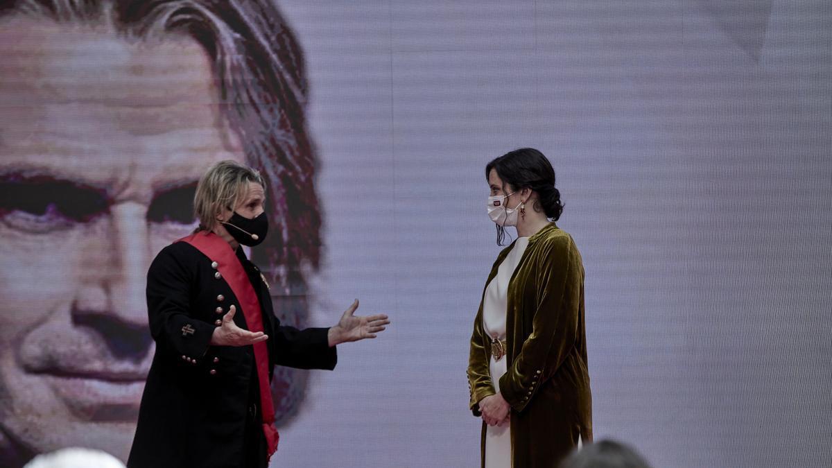 Nacho cano e Isabel Díaz Ayuso en la Entrega de Medallas de la Comunidad de Madrid.