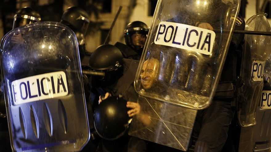 Varios agentes de la Policía Nacional se cubren con sus escudos / Olmo Calvo