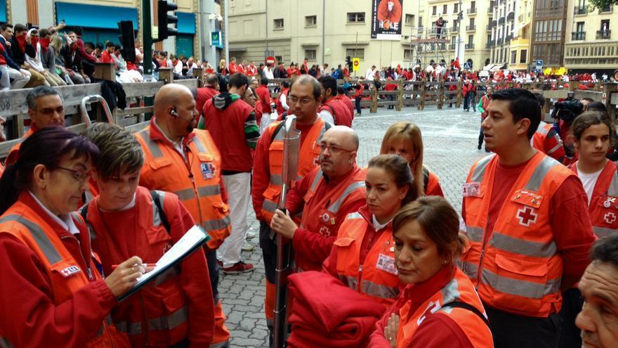 Mari Jose y Sara dan las últimas instrucciones al grupo de Cruz Roja en Telefónica.