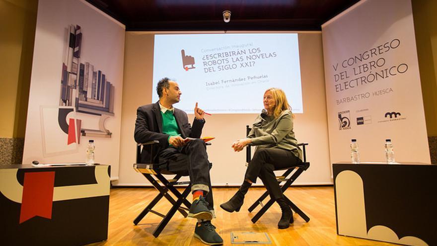 David González e Isabel Fernández Peñuelas en el Congreso del Libro Electrónico de Barbastro.   JAVIER BROTO