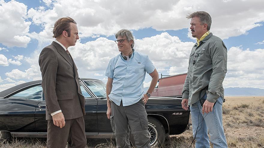 Bob Odenkirk, Peter Gould y Vince Gilligan en el rodaje de 'Better Call Saul'