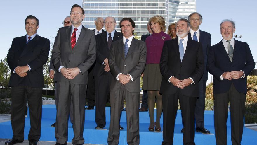 Aznar posa en 2009 junto a la mayoría de ministros que formaron parte de su primer Gobierno en 1996.