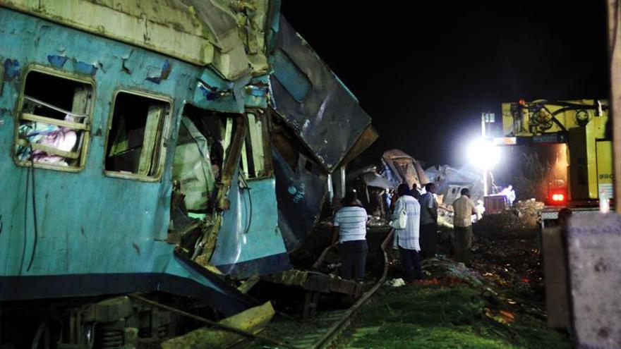 Fiscalía ordena la detención de conductores de trenes que chocaron en Egipto