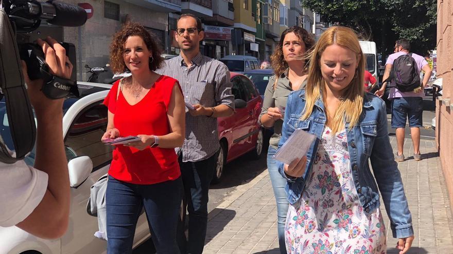 Noemí Santana, a la derecha, candidata de Podemos a la Presidencia de Canarias