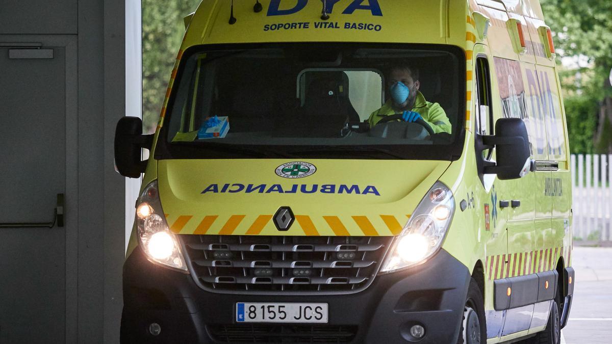 Una ambulancia del DYA Navarra entra en el Complejo Hospitalario de Navarra durante la pandemia