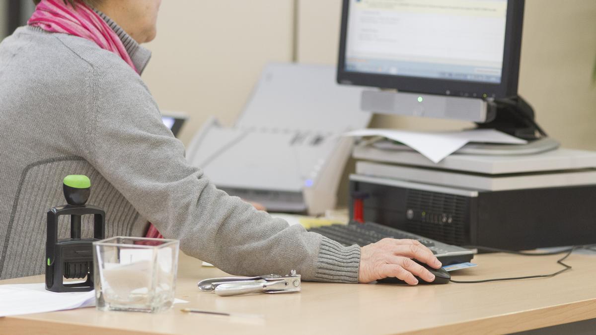 Una funcionaria trabaja durante su jornada laboral.