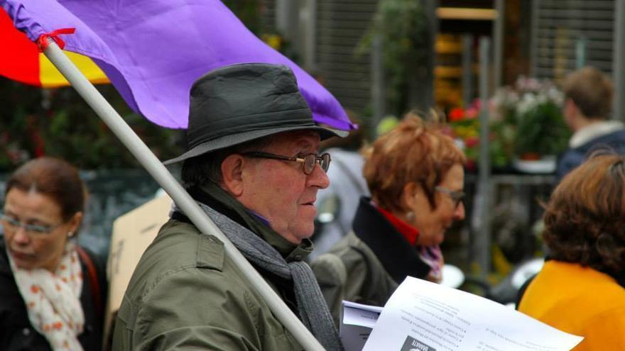 Cándido con la bandera de la República Española en su hombro / Foto: Pablo Molanes