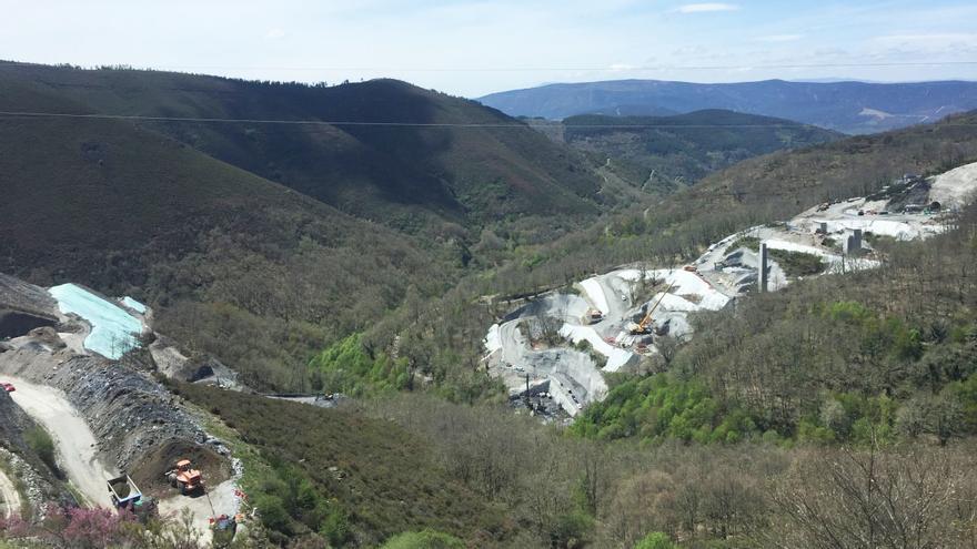 Valle del Teixeiras, en Laza (Ourense), uno de los más afectados por vertidos y en el que se está construyendo el viaducto más retrasado de toda la línea