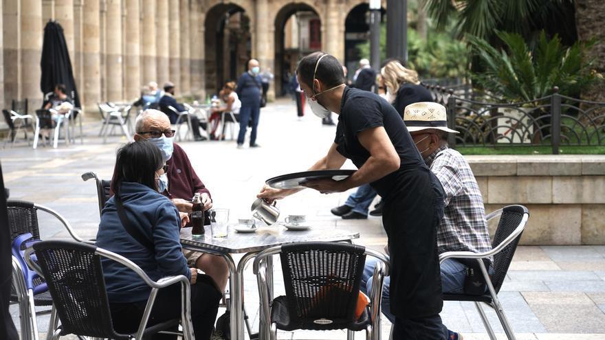 """Bilbao apura su 'último chiquiteo' antes del cierre de la hostelería: """"Una última vuelta vamos a dar mientras podamos"""""""