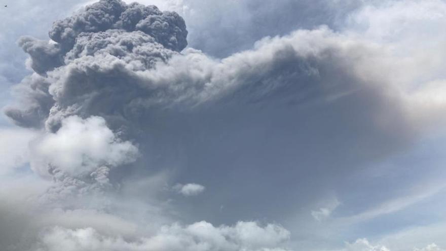 Volcán en San Vicente vuelve a erupcionar y lanza columna de humo de 17 kilómetros
