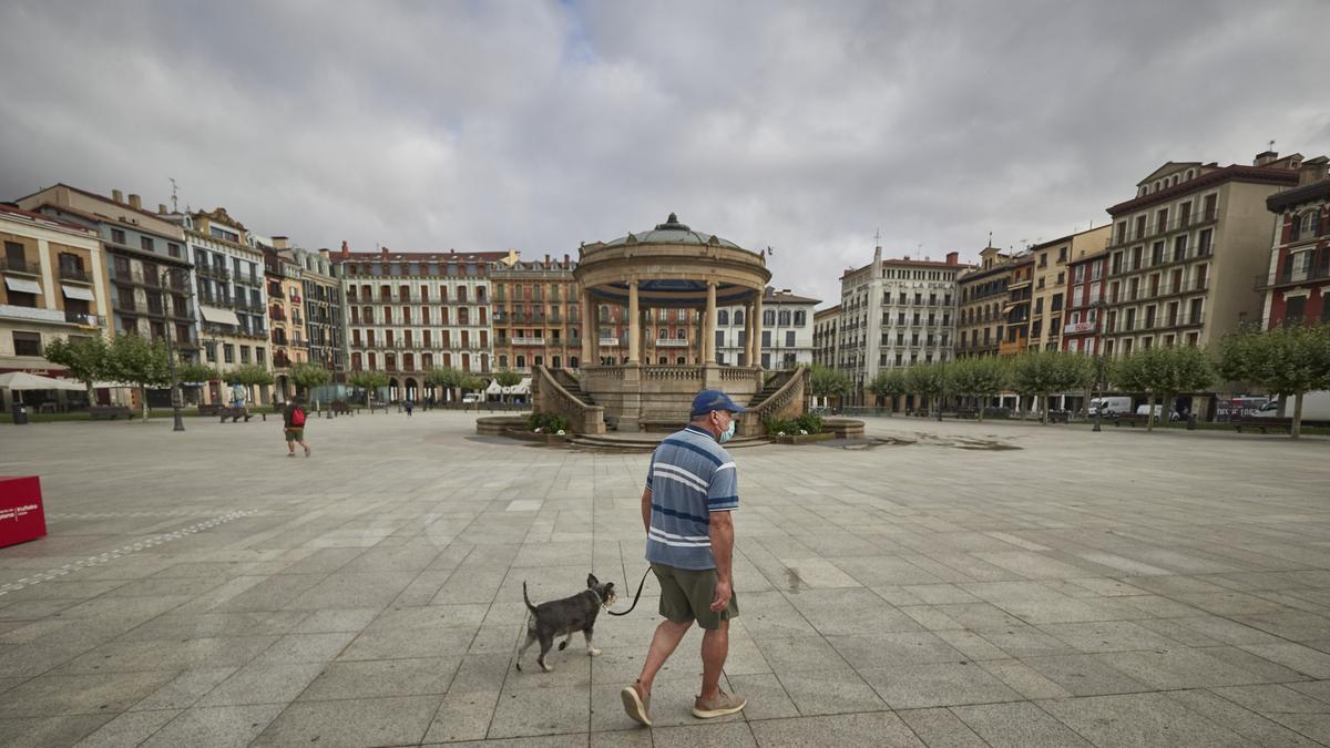 Un hombre con mascarilla en la plaza del Castillo de Pamplona