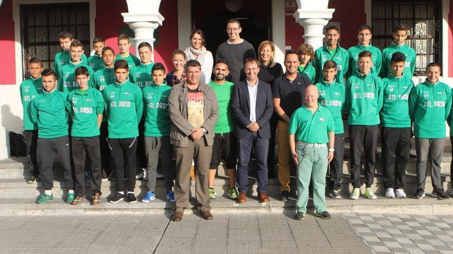 El equipo cadete del Atlético Paso  con miembros de la Corporación municipal.