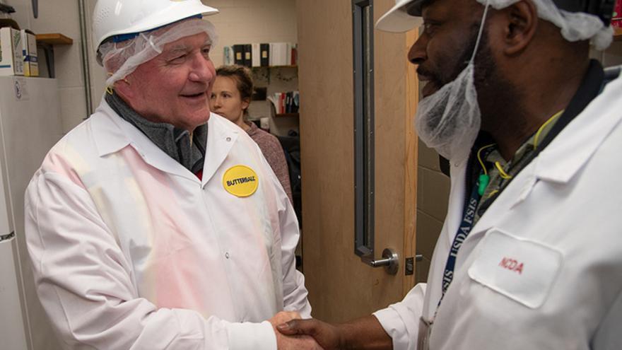 El secretario de Agricultura de EEUU, Sonny Perdue, durante una visita a una planta de procesamiento de pavo.