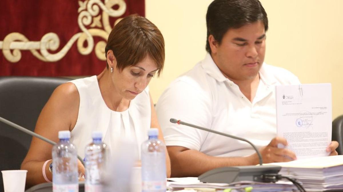 La alcaldesa de Mogán, Onalia Bueno, junto al primer teniente de alcalde del municipio, Mencey Navarro, en un pleno del Ayuntamiento. (ALEJANDRO RAMOS)