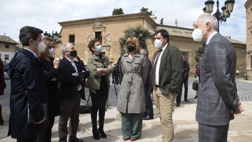 El secretario de Estado de Política Territorial, Víctor Francos, con otras autoridades en su visita a la zona del antiguo Seminario de Huesca.