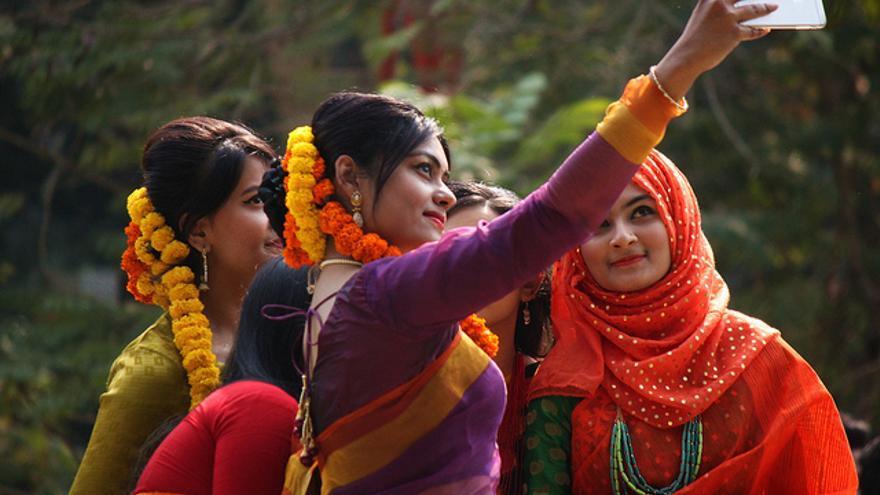 Unas hindúes haciéndose un 'selfie' con un teléfono móvil. Foto: Ashraf Siddiqui / Flickr