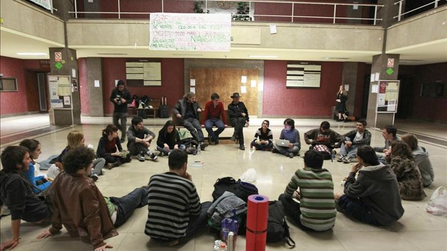 La Complutense acepta fraccionar la deuda de los alumnos en el sexto día de encierro